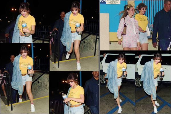 '' '''27/03/18-' • Selena Gomez quittait la discothèque « Moonlight Rollerway » localisé dans la ville de Glendale. C'est ainsi que l'on retrouve Selena Gomez au bras d'une amie, dans une tenue très décontractée. J'accorde un petit top pour cette fois !-