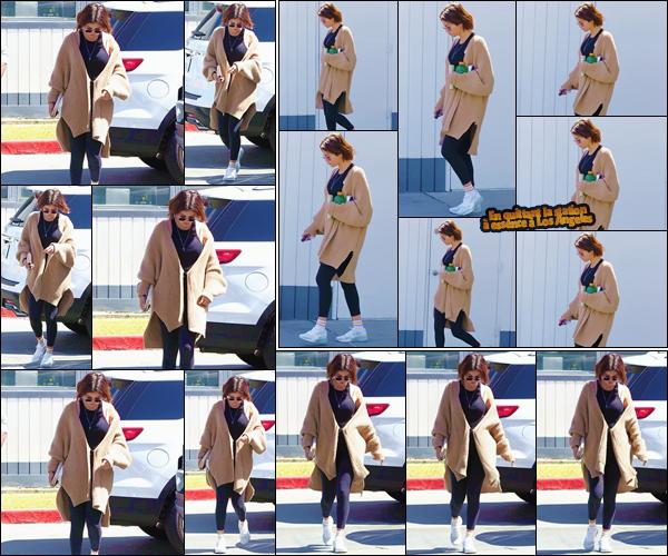 - ''•-28/03/18-' : Selena Gomez a été aperçue alors qu'elle se rendait à une station d'essence, dans Los Angeles. Après avoir fait le plein d'essence, Selena Gomez est ressortie des lieux, une boisson en main. Une tenue simple et décontractée : un top. -