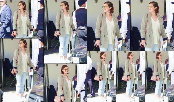 - ''•-30/03/18-' : Selena Gomez quittait les lieux d'un restaurant, se trouvant dans le quartier de Beverly Hills. C'est toute souriante que l'on retrouve le belle chanteuse : sous le soleil californien de Beverly Hills. C'est un gros top pour cette sortie ! -