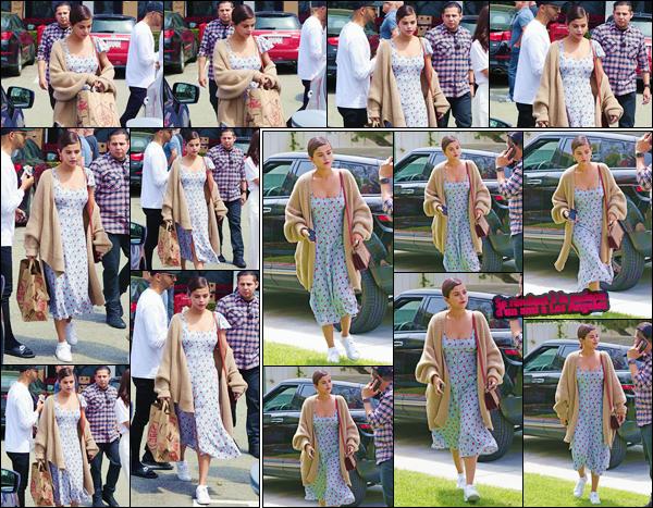 - ''•-01/04/18-' : Selena Gomez quittait le supermarché nommé « Trader Joe's », qui se trouve dans Los Angeles. Une tenue légère et estivale est de mise lors de cette petite sortie en ville, question de faire des emplettes nécessaires pour la brunette ! -