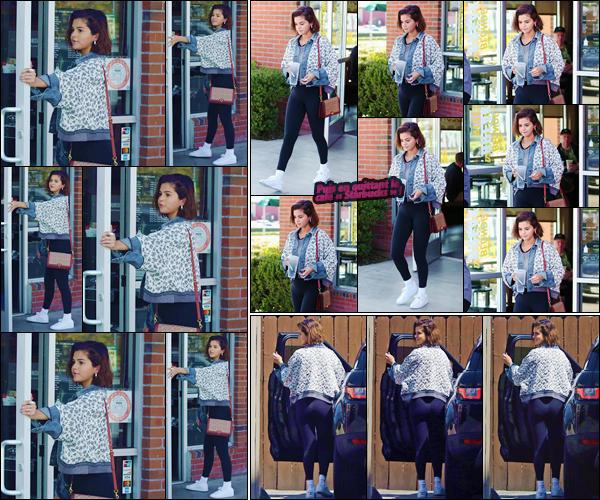 - ''•-04/04/18-' : Selena Gomez se rendait dans un café de « Starbucks », se situant dans la ville de Los Angeles. Troquant des parties de sa tenue d'hier pour un t-shirt rayé et des baskets blanches, Selena Gomez s'offrait une petite pause fraîcheur... -