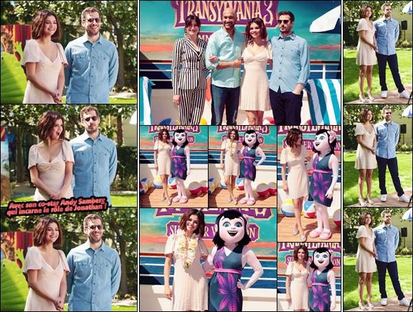 - ''•-11/04/18-' : Selena Gomez était au photo-call de « Hotel Transylvania 3 : Summer Vacation », dans Culver City. Selena Gomez était dans les « Sony Pictures Studios » pour la promotion du film, dont la date de sortie est prévue pour le 18 juillet 2018 ! -