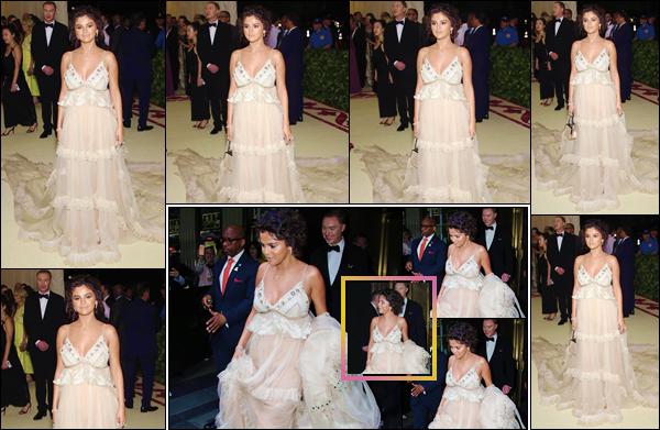 - ''•-07/05/18-' : Selena Gomez était présente au « MET Gala 2018 », au Metropolitan Museum of Art à New York. Selena Gomez était à nouveau habillée par Coach, une tenue très discrète par rapport au thème de l'événement et un grand abus d'auto-bronzant... Bof ! -