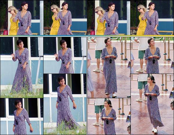 - ''•-18/06/18-' : Selena Gomez se rendait sur les lieux d'un tour d'hélicoptère, pour visiter l'île italienne de Capri. Accompagnée de ses amis, dont l'acteur David Henrie, Selena Gomez a été photographiée alors qu'elle faisait du tourisme en Italie. J'aime bien sa tenue. -