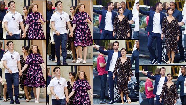 - ''•-19/06/18-' : Selena Gomez a été photographiée, alors qu'elle se baladait dans les rues de la ville de Rome. Le séjour de Selena en Italie a touché à sa fin, puisqu'elle et ses ais ont pris l'avion pour rentrer et quitter le pays. Un petit bof pour la robe de Selena ! -