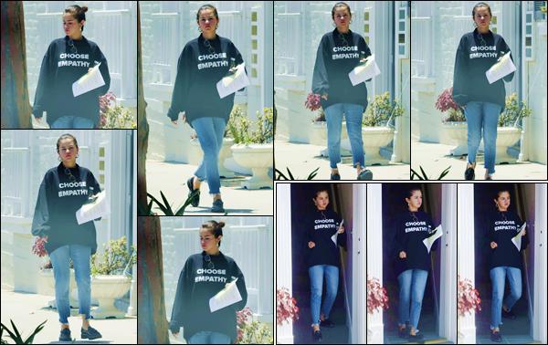 - ''•-03/07/18-' : Selena Gomez a été photographiée lorsqu'elle quittait le cabinet de son médecin à Beverly Hills. Sous le soleil de la Californie, la jeune chanteuse s'exhibe recouverte d'un énorme pull avec l'inscription suivante : Choose Empathy. Un bof pour Selena ! -