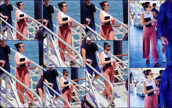 - ''•-08/07/18-' : Selena Gomez quittait un grand yacht amarré sur l'île de Coney Island dans la ville de New York. Sa bible à la main et un verre de Starbucks de l'autre, Selly semblait rayonnante en quittant les lieux de ce yacht, où S. a passé du temps avec ses amis ! -