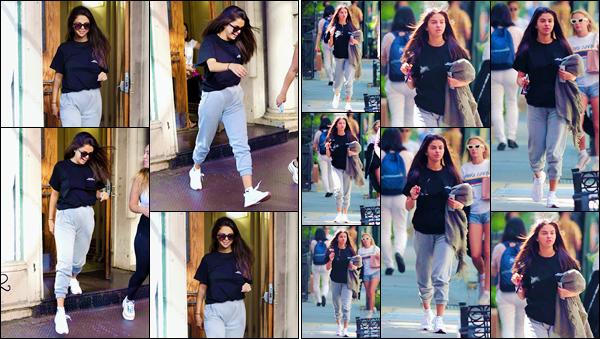 - ''•-10/07/18-' : Selena Gomez quittait un appartement avec une de ses amies, situé dans la ville de New York. Un changement capillaire s'est opéré chez la jeune chanteuse puisqu'on la retrouve avec les cheveux longs, dans une tenue décontractée. C'est un flop. -