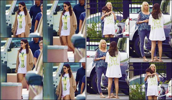 - ''•-25/07/18-' : Selena Gomez a été photographiée lorsqu'elle se baladait dans les rues du quartier Studio City. Présentement dans Los Angeles, la jolie brune a été photographiée dans un parking en faisant une accolade à l'une de ses amies. J'accorde un petit top ! -