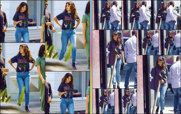 - ''•-29/07/18-' : Selena Gomez se rendait à un service religieux, qui avait lieu dans la ville de Santa Monica, CA. Notre belle chanteuse a d'ailleurs été photographiée en compagnie de ses amis, dans un stationnement de Santa Monica. J'accorde un énorme top à Sel. -