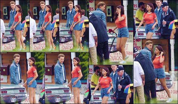 - ''•-02/08/18-' : Selena Gomez a été photographiée sur le tournage de « Kill The Dead », ayant lieu à New York. Le tournage du film reprend donc de plus bel. Selena G. se trouve donc dans New York pour tourner ses scènes en banlieue, avec l'acteur Austin Butler ! -