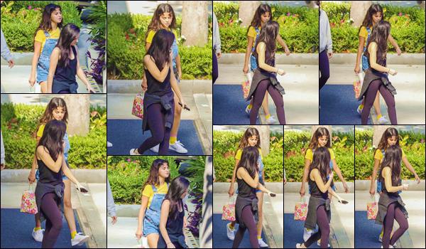 - ''•-18/08/18-' : Selena Gomez quittait les lieux de l'hôtel « The Sheraton », avec plusieurs amis, à Los Angeles. C'est sous le beau soleil de la Californie que nous retrouvons la sublime américaine, entourée de ses amis, dans un stationnement d'hôtel. Un petit top ! -