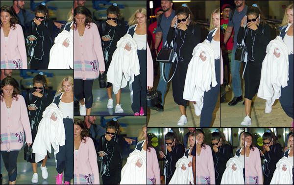 - '-• 07/09/18-''─ Selena Gomez arrivait à l'aéroport international de « JFK » se trouvant situé dans New York. Accompagnée de son amie Raquelle Stevens, la jeune américaine foule le sol de la Grosse Pomme à l'occasion de la Fashion-Week à NY ! -