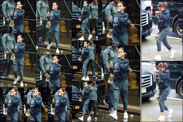 - '-• 10/09/18-''─ Selena Gomez a été photographiée, alors qu'elle se trouvait seule, dans la ville de New York. Cette fois seule et un café glacé de chez « Starbucks » en main et un haut de « Versace », la chanteuse américaine quittait une voiture ! -