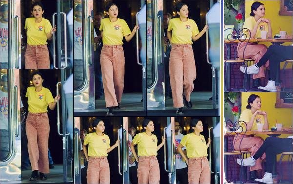 - '-• 21/09/18-''─ Selena Gomez a été aperçue dans le restaurant « Beverliz Café », avec un ami à Beverly Hills. De retour de New York, la belle se fait discrète dans la cité des Anges. Celle-ci a été aperçue sur la terrasse d'un restaurant. Un petit top. -