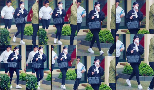 - '-• 16/01/19-''─ Selena Gomez a été photographiée en quittant son cours de Hot Pilates dans West Hollywood. Vêtue de noir seulement, la jeune américaine quittait une énième fois les lieux de son cours de sport qui se déroule dans le quartier, à LA. -