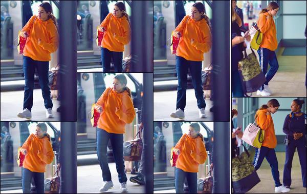 """- """"•-30/10/19-─"""": Selena Gomez a été photographiée en arrivant à l'aéroport international de « JFK » à New York. Habillée de manière décontractée et très colorée, en vue d'un vol vers une nouvelle destination, Selena Gomez quittait donc Grosse Pomme. -"""
