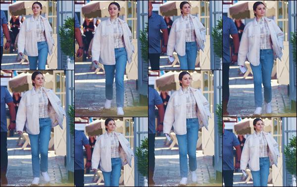 """- """"•-05/11/19-─"""": Selena Gomez a été photographiée en quittant le « Brentwood Country Mart » dans Brentwood. De retour à Los Angeles en Californie, nous retrouvons une jolie Selena Gomez en tenue décontractée pour faire ses emplettes alimentaires. -"""
