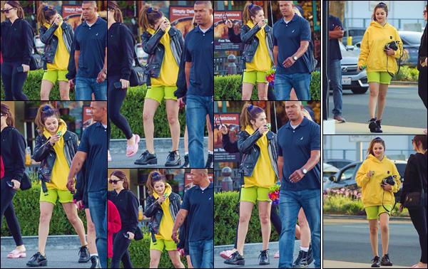 """- """"•-06/11/19-─"""": Selena Gomez a été aperçue lorsqu'elle se baladait avec des amis dans la ville de Los Angeles. Tout sourire et un appareil photo à la main, la jeune chanteuse semblait pleine de bonne humeur lors de cette sortie. Gros flop pour Selly. -"""