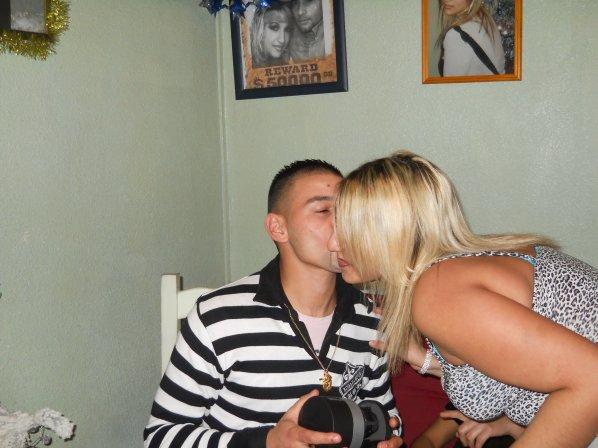 mon bebe antrin de me faire 1 bisous pour son kado noel 2010