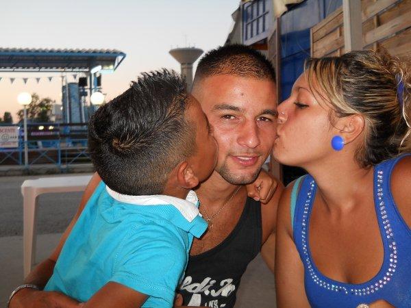 Mon homme moi & mon cousin qui l`embrasse