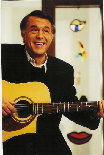 Salvatore  Adamo est né le premier novembre 1943 à Comiso (( Italie )