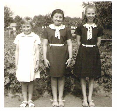 La jeunesse d'evelyne  la 1er photos de gauche a droite Isabelle, Evelyne,Annie la 2eme photos avec les parents  de gauche a droite Annie,Isabelle ,Evelyne