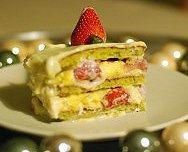 Bûche fraisier, génoise de financier pistachée et nappage de chocolat blanc