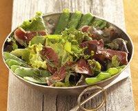 Salade de pois gourmands et canard fumé