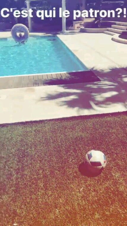 Matt qui tire le ballon au centre de la bouée