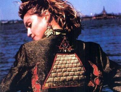 L ARTISTE ILLUMINATIS Madonna huée pour son soutien du président Obama