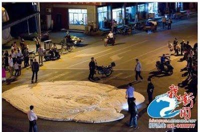 jeudi 16 mai 2013 Une écume blanche odorante jaillit des fissures d'une rue en Chine