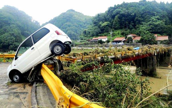 Une voiture emportée par des inondations à Hagi, au Japon, le 28 juillet.