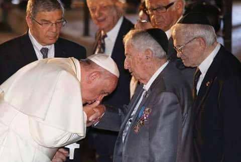 NOUVEL ORDRE MONDIAL SATANIQUE IMMINENT ! Le pape satanique  Francois embrasse la main de  c est supérieurs David Rockefeller, John Rothschild et Henry Kissinger