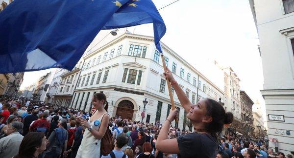 LE NOUVEL ORDRE MONDIAL SATANIQUE NAZI TREMBLE ! LE REVEIL DE LA FORCE EST EN MARCHE : Les Hongrois dans la rue contre Bruxelles et Soros