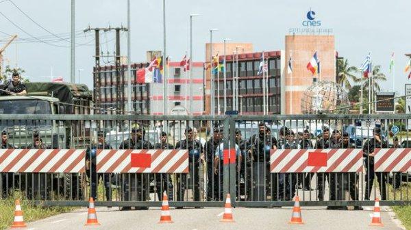 LE NOUVEL ORDRE MONDIAL SATANIQUE NAZI TREMBLE ! LE REVEIL DE LA FORCE EST EN MARCHE :  Guyane bloquée: les manifestants occupent le Centre spatial