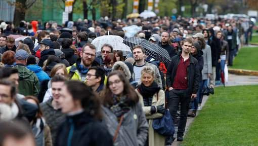 """FIN DE LA FRANCE EN MARCHE :  JOUR J :Les Français expatriés commencent à voter: """"Deux kilomètres de file à Montréal"""""""