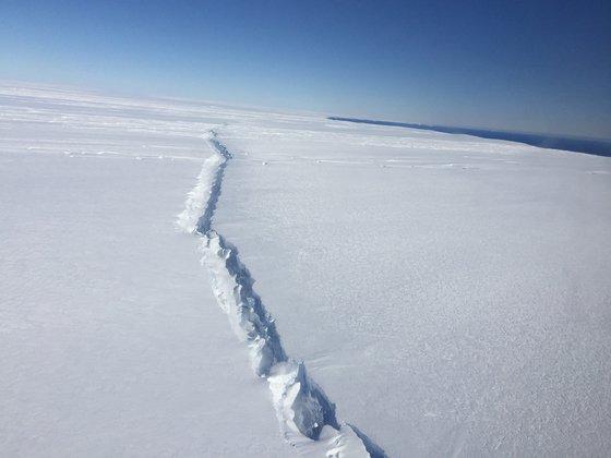 BIG ONE MONDIAL IMMINENT ET FIN DE VIE SUR TERRE ! ARRIVEE DE NIBIRU :Antarctique. Un iceberg géant sur le point de se détacher du continent