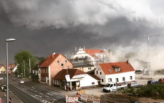 BIG ONE MONDIAL IMMINENT ET FIN DE VIE SUR TERRE ! ARRIVEE DE NIBIRU :Des orages violents ont frappé l'Allemagne, deux personnes tuées, une blessée gravement