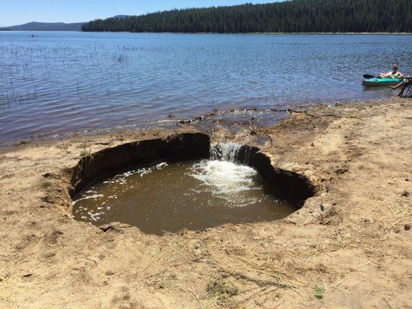 BIG ONE MONDIAL IMMINENT ET FIN DE VIE SUR TERRE ! ARRIVEE DE NIBIRU :Sinkhole s'ouvre sur le réservoir de Wickiup, le sol «très instable»