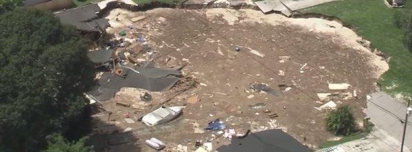 BIG ONE MONDIAL IMMINENT ET FIN DE VIE SUR TERRE ! ARRIVEE DE NIBIRU : Un Growing sinkhole  avale  2 maisons près de Tampa, en Floride
