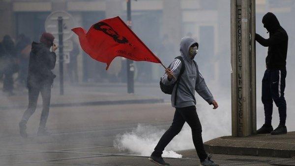 NOUVEL ORDRE MONDIAL SATANIQUE NAZI  ET FIN DE LA FRANCE EN MARCHE : ORDO AB CHAOS : Avant une rentrée qui s'annonce agitée, l'Etat commande pour 22 millions d'euros de lacrymogènes