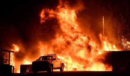 PHOTO DU JOUR : Les pompiers de Californie tentaient vendredi de contenir les incendies qui ravagent la région de Los Angeles tandis que de nouveaux foyers se sont déclarés à San Diego et à Santa Barbara, entraînant des évacuations en masse.
