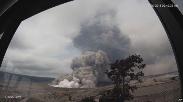 BIG ONE MONDIAL IMMINENT ! ARRIVEE DE NIBIRU : La chaîne d'explosions de volcan d'Hawaï pousse des cendres à 3.300 mètres
