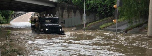 BIG ONE MONDIAL IMMINENT ! ARRIVEE DE NIBIRU : La pluie record inonde Houston, 167 véhicules enlevés et remorqués, Texas