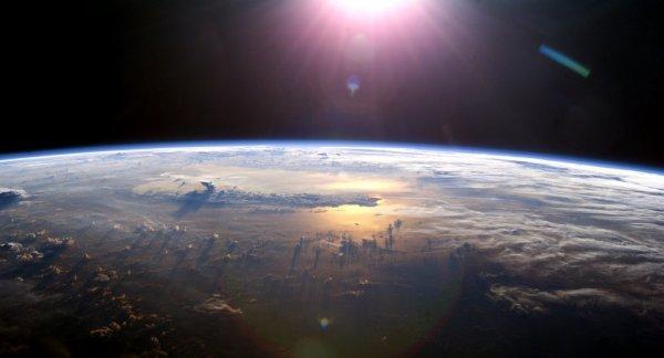 BIG ONE MONDIAL IMMINENT ! ARRIVEE DE NIBIRU : L'humanité au seuil d'une nouvelle menace: un flux de vent solaire se dirige vers la Terre