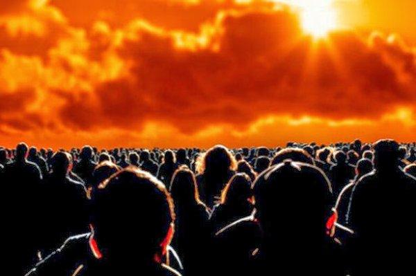 BIG ONE MONDIAL IMMINENT ! ARRIVEE DE NIBIRU : Une tempête de poussière crée un lever de soleil rouge incroyable à Alexander Bay, en Afrique du Sud