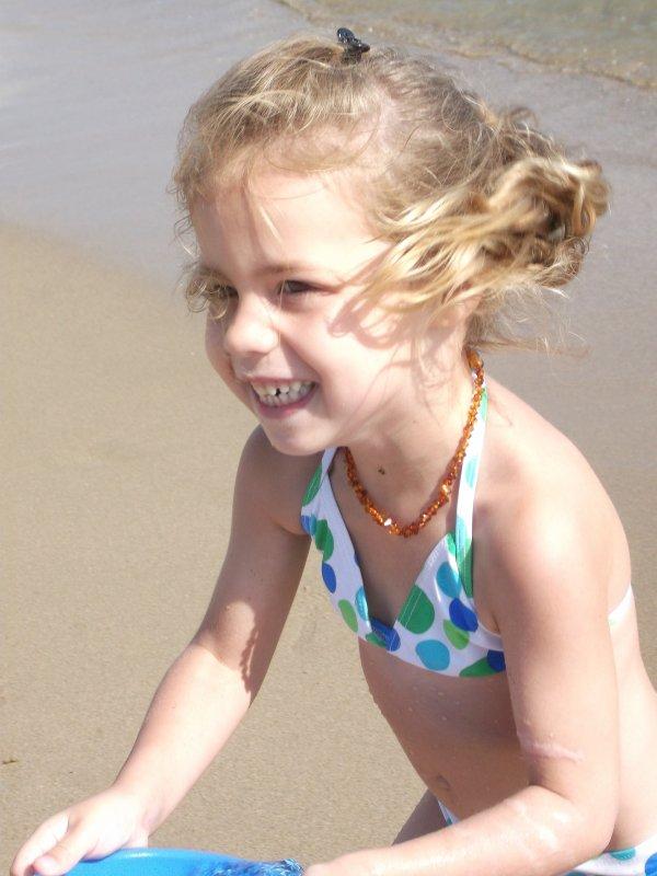 moi à la plage en espagne j'ai 4 ans maintenant