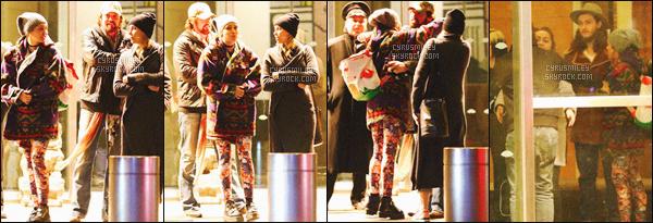 . ♦♦ 04 Mars 2016 : La jolie Miley Ray Cyrus à été photographié dans un Starbucks avec des amis dans New-York. • Niveau look : Miss Miley était vétu d'une veste très bizarre, et d'un leegins avec des chats dessus (ahah). C'est un flop !.