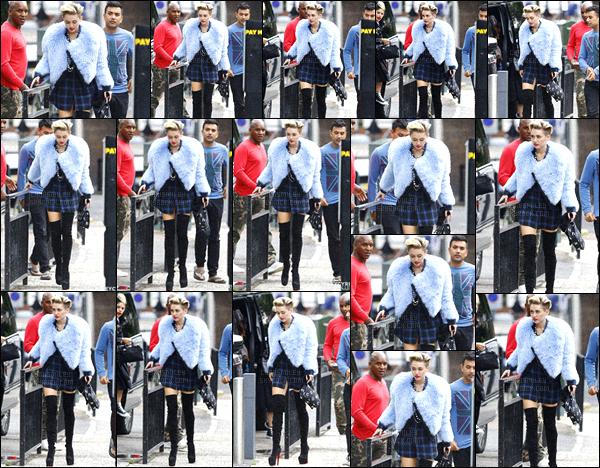 - 10/09/13 - La sexy Miley Cyrus a été photographiée avec sa maquilleuse, arrivant à un studio situé à ▬ Londres. C'est une tenue très féminine et courte que queen Cyrus nous a donné ce jour-là, je lui accorde un top, j'aime beaucoup ses jambières.  -